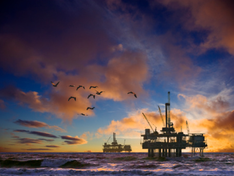 Oil Industry「Oil rig in ocean at dusk」:スマホ壁紙(7)