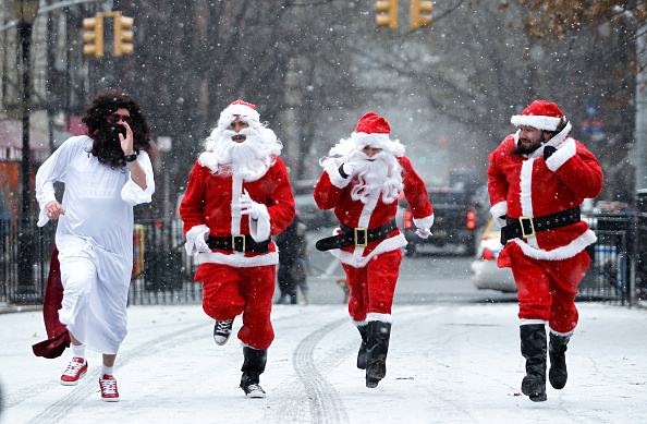 Santa Claus「Revelers Dressed As Santa Take Part In Annual Bar Crawl Thru NYC」:写真・画像(5)[壁紙.com]
