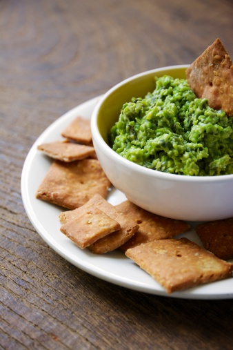 Dipping Sauce「Bowl of dip made from peas, rocket salad, mint and soy yogurt with home-made crackers」:スマホ壁紙(18)