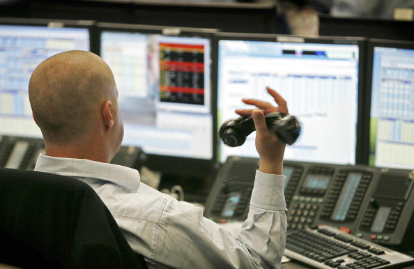 Trader「Financial Workers Deal On A Trading Floor」:写真・画像(9)[壁紙.com]