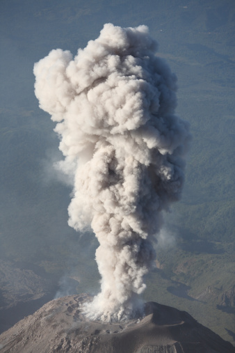 Active Volcano「December 26, 2007 - Eruption of ash cloud from Santiaguito dome complex, Santa Maria volcano, Guatemala.」:スマホ壁紙(2)