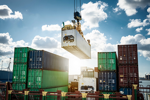 Delivering「Refrigerated container being loaded on a container ship」:スマホ壁紙(16)