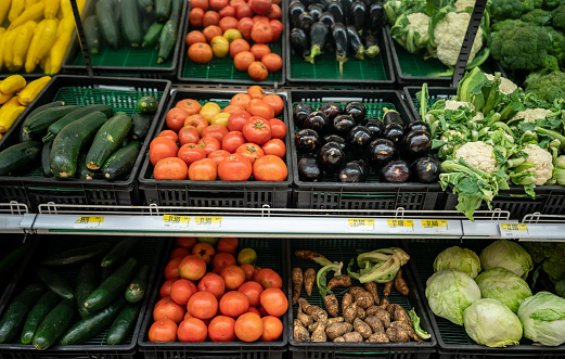 Refrigerated Section「Refrigerated retail display of vegetables in a supermarket」:スマホ壁紙(19)