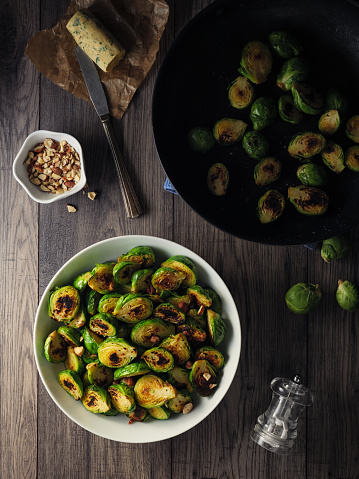 Brussels Sprout「Charred sprouts with spicy herb butter and fine chopped hazelnuts」:スマホ壁紙(14)