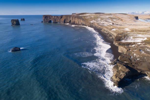 Black sand beach in Vik, Iceland:スマホ壁紙(壁紙.com)