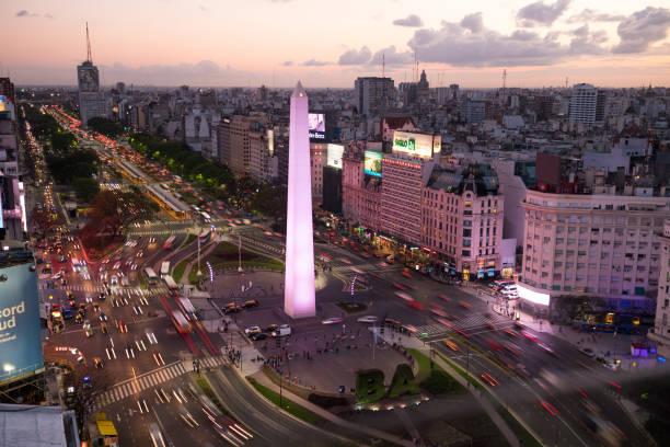 Obelisco de Buenos Aires in city at dusk:スマホ壁紙(壁紙.com)