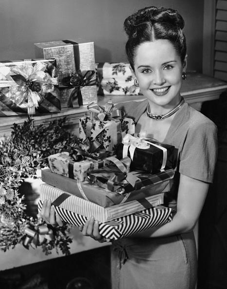 プレゼント「Woman holding Christmas presents」:写真・画像(13)[壁紙.com]