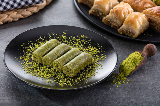 Roll Dessert with Pistachio:スマホ壁紙(壁紙.com)
