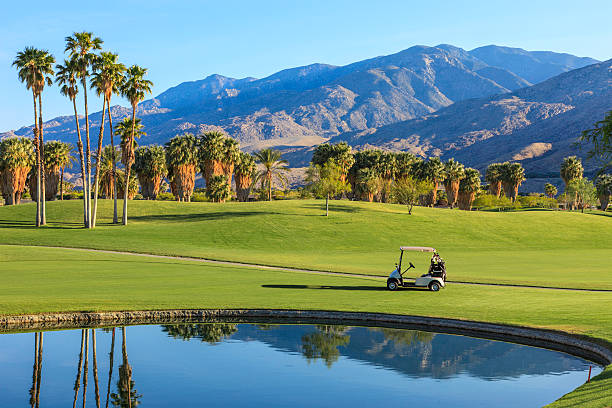 Beautiful golf course's lake and golf cart in California:スマホ壁紙(壁紙.com)