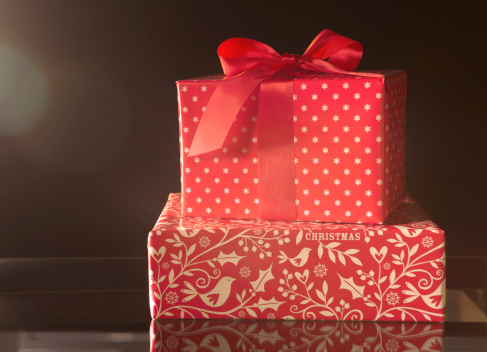 お祭り「boxed red wrapped christmas presents with bow」:スマホ壁紙(7)