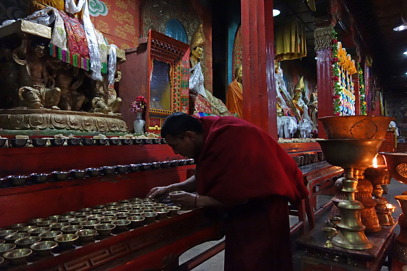 Tibetan Buddhism「Monk Tends Offerings」:写真・画像(7)[壁紙.com]