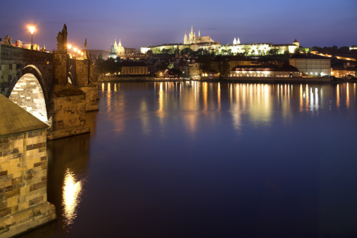 St Vitus's Cathedral「Charles Bridge and Vlatava River with Prague Castle and Saint Vitus Cathedral in the background, dusk, Prague, Czech Republic」:スマホ壁紙(6)