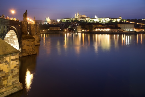 St Vitus's Cathedral「Charles Bridge and Vlatava River with Prague Castle and Saint Vitus Cathedral in the background, dusk, Prague, Czech Republic」:スマホ壁紙(4)