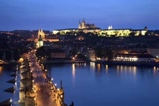 St Vitus's Cathedral「Charles Bridge with Prague Castle and Saint Vitus Cathedral in the background, dusk, Prague, Czech Republic」:スマホ壁紙(2)