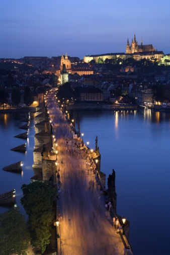 St Vitus's Cathedral「Charles Bridge with Prague Castle and Saint Vitus Cathedral in the background, dusk, Prague, Czech Republic」:スマホ壁紙(3)
