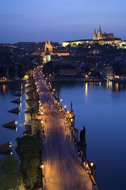 Charles Bridge with Prague Castle and Saint Vitus Cathedral in the background, dusk, Prague, Czech Republic:スマホ壁紙(壁紙.com)