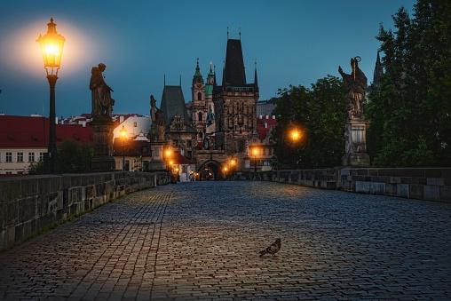 フラッチャニ「夕暮れ時燃焼ランタン、チェコ共和国プラハのカレル橋。」:スマホ壁紙(19)