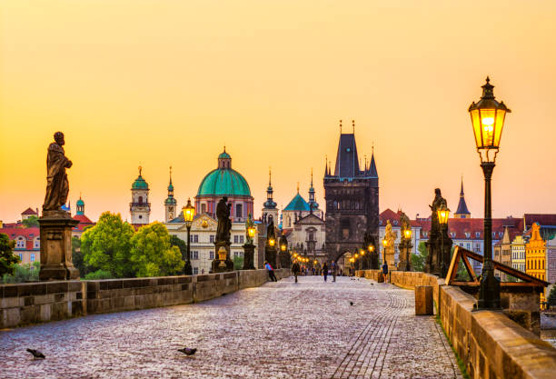 charles bridge (Karluv most) in Prague at golden hour. Czech Republic:スマホ壁紙(壁紙.com)