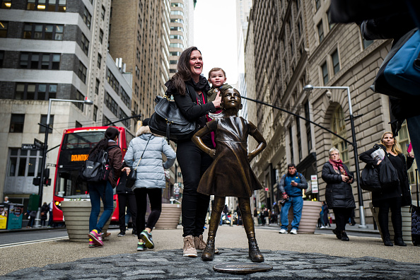 Fearless Girl Statue「Statue Of Defiant Girl Installed In Front Of Iconic Wall Street Bull By Global Investment Firm」:写真・画像(9)[壁紙.com]