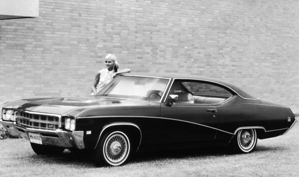 Model - Object「Model stands behind 1969 Buick GS 400.」:写真・画像(1)[壁紙.com]