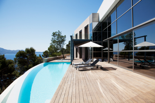Majorca「Lounge chairs and pool outside modern house」:スマホ壁紙(9)