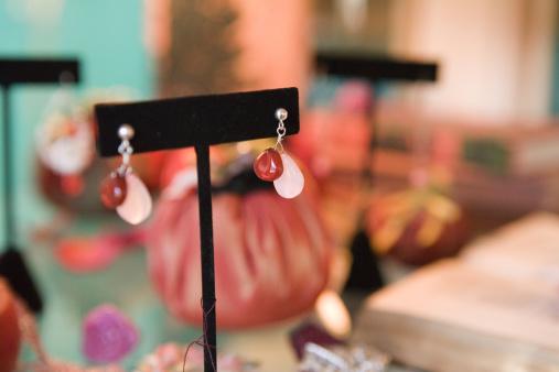 Earring「Earrings on Display Rack」:スマホ壁紙(0)
