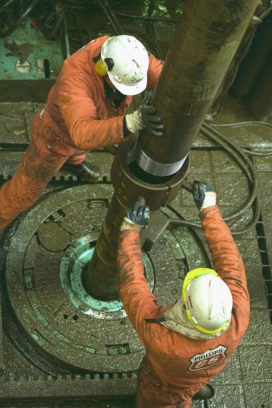 Oil Industry「Employees Work On Oil Platform 」:写真・画像(6)[壁紙.com]