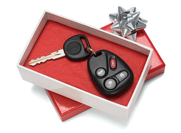 Vehicle keys in white and red gift box with silver bow:スマホ壁紙(壁紙.com)