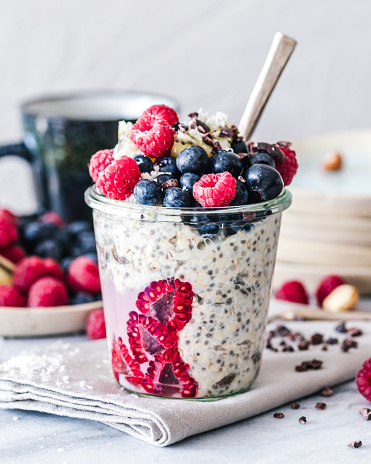 Raspberry「Oatmeal and chia seed breakfast jar topped with fruits」:スマホ壁紙(0)