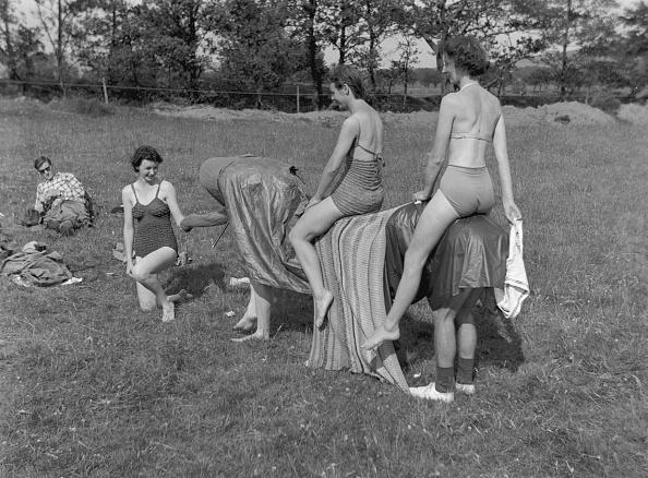 水着「Women Riding Pantomine Elephant」:写真・画像(14)[壁紙.com]