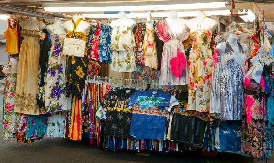 Market Stall「Hawaiian print clothing for sale on a market stall」:スマホ壁紙(0)