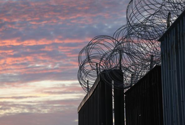 Fence「U.S. Fortifies Border Ahead Of Migrant Caravan」:写真・画像(10)[壁紙.com]