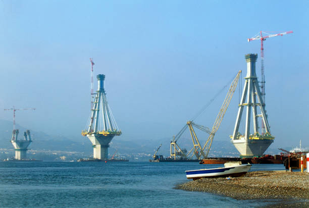 Bridge engineering. Four sided towers nearing full height for the Rion-Antirion cablestay bridge crossing in Gulf of Corinth, Greece. The bridge is situated in an area of high seismic activity, with the two ends of the bridge founded on different tectoni:ニュース(壁紙.com)