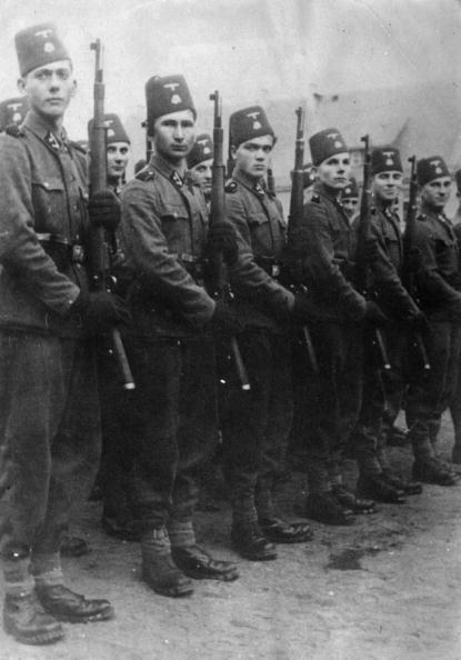 In A Row「Bosnian Nazis」:写真・画像(10)[壁紙.com]