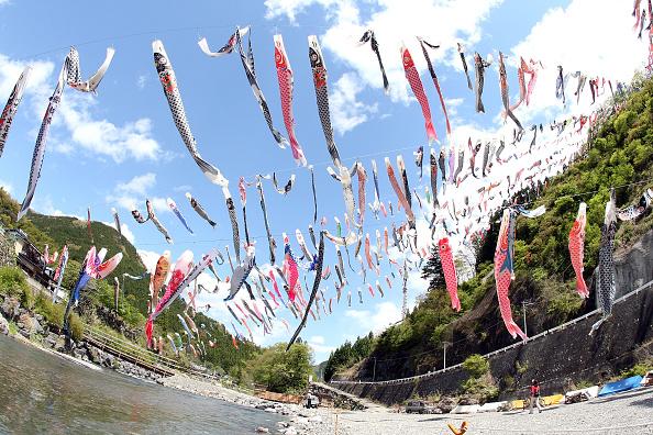 こいのぼり「Carp Streamers Are Hung Over The River」:写真・画像(11)[壁紙.com]