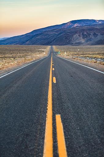 Sunset「カリフォルニア州のボーダーからそれほど遠くないネバダ州の砂漠地帯のハイウェイ夕暮れ時、トノパー近く」:スマホ壁紙(18)