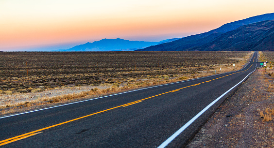 Country Road「The desert highway in Nevada at sunset」:スマホ壁紙(1)