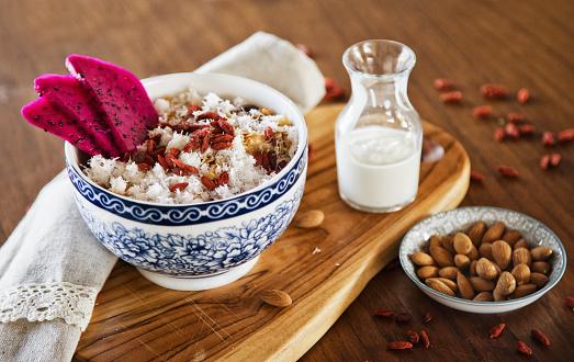 Crunchy「Muesli served with dragon fruit, almonds, goji berries and coconut」:スマホ壁紙(17)