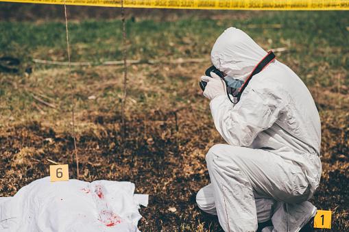 雪「Man taking photographs of an open crime scene」:スマホ壁紙(7)