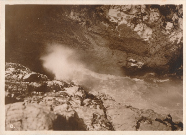 Bay of Water「The Devil's Bellows, Kynance Cove', 1927」:写真・画像(15)[壁紙.com]