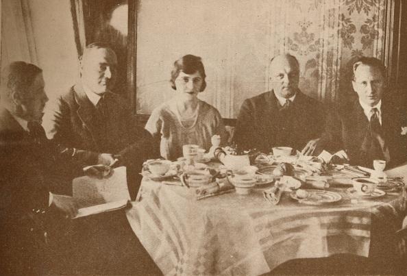 Passenger「A Meal Aboard The Graf Zeppelin While Flying Over The Atlantic, 19」:写真・画像(18)[壁紙.com]