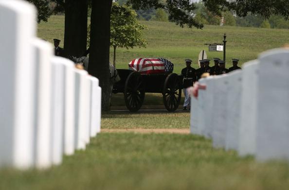 Daniel Gi「Burial Held For Marine Killed In Afghanistan At Arlington National Cemetery」:写真・画像(9)[壁紙.com]