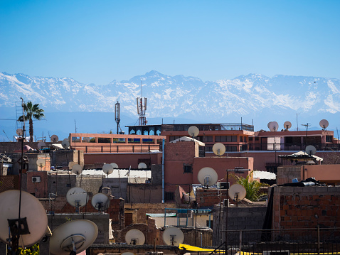 Atlas Mountains「Morocco, Marrakech, View over roofs with satellite dishes towards Atlas mountains」:スマホ壁紙(6)