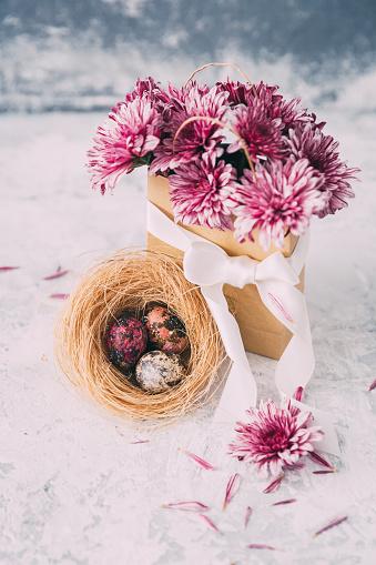イースター「Pink flowers in a paper bag and Easter eggs」:スマホ壁紙(9)
