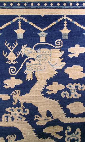 Rug「Vertical pillar rug with dark blue ground and a two-part five-clawed dragon and clouds design」:写真・画像(12)[壁紙.com]