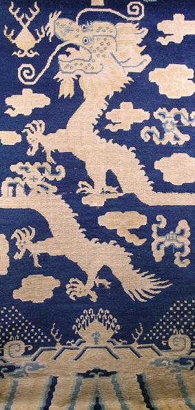 Rug「Vertical pillar rug with dark blue ground and a two-part five-clawed dragon and clouds design」:写真・画像(17)[壁紙.com]