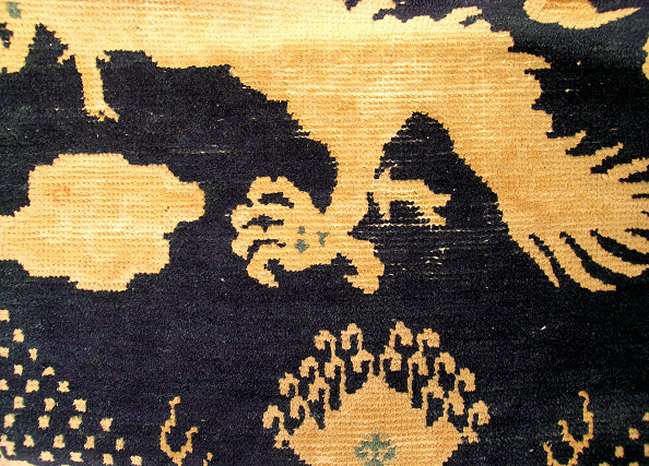 Rug「Vertical pillar rug with dark blue ground and a two-part five-clawed dragon and clouds design」:写真・画像(13)[壁紙.com]