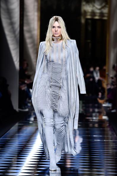 金髪「Balmain : Runway - Paris Fashion Week Womenswear Fall/Winter 2016/2017」:写真・画像(18)[壁紙.com]