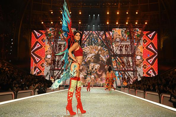 ヴィクトリアズ・シークレット「2016 Victoria's Secret Fashion Show in Paris - Show」:写真・画像(10)[壁紙.com]