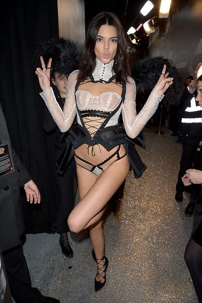 Peace Sign - Gesture「2016 Victoria's Secret Fashion Show in Paris - Backstage」:写真・画像(3)[壁紙.com]